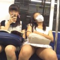 【対面パンチラエロ画像】対面に座った女の子のスカートの中身、見たいだろ!?