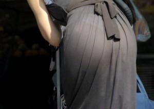 (下着透けえろ写真)デカい着衣尻故に不可避の透けパン見せっ放しの淑女の皆さん(;・∀・)