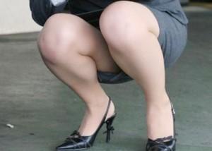 (ミニスカえろ写真)見えないか…(´・ω・`)惜し過ぎるミニスカ女性のチラリズム