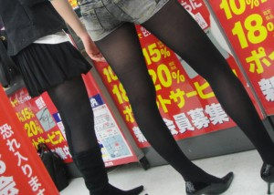 (黒スト美足えろ写真)真夏でも履いて頑張ってる大人の黒ストッキング脚線美(;´Д`)