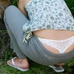 【ローライズエロ画像】男の腰パンと一緒にするのは心外w女だからこそのローライズハミ出しTバック(*´Д`)