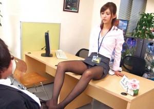 【エロ動画】男に迫って逆に犯して中出しさせる鬼畜な痴女が登場!(*゚∀゚)=3