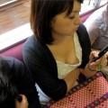 【電車内胸チラエロ画像】電車内で無防備になった女の子たちの胸元を狙い撃ち!