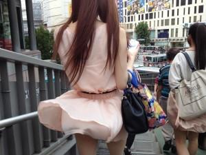 (パンツ丸見ええろ写真)まさに神風☆?風に舞い上がったスカートから覗くパンツ☆