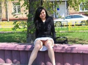(海外ノーパンえろ写真)ノーパンで出歩く海外の女子の股間を激写☆