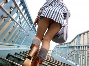 【階段パンチラエロ画像】階段でパンチラしちゃってる女の子たちを狙い撃ち!