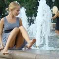 【海外パンチラエロ画像】街中でパンチラしている海外女性の股間にズームイン!