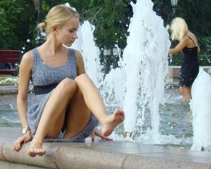(海外パンツ丸見ええろ写真)街中でパンツ丸見えしている海外女性の股間にズームイン☆