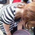 【胸チラエロ画像】油断してガードのゆるくなった胸元を狙い撃ち!www
