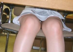 (パンツ丸見ええろ写真)股開いているのは気を許している証?信頼と下着を掴んだ机下パンツ丸見え(;´∀`)