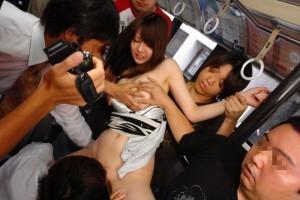 (チカンえろ写真)忍び寄る魔の手☆チカンの餌食になった女子たちに思わずボッキww