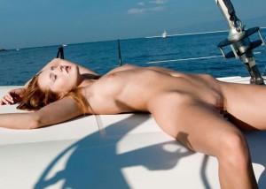 (海外えろ写真)ビーチがダメなら船上で☆沖にいたむっちりヌーディスト(;´Д`)
