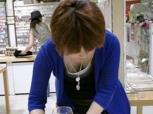 (胸チラえろ写真)女子の胸元を上から狙ったらこんな写真がとれましたよ?wwww