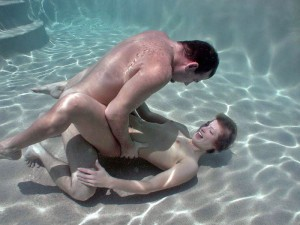 (水中SEXえろ写真)水中で合体している☆?こんな状況下でもSEXしちゃうやつwwwwww