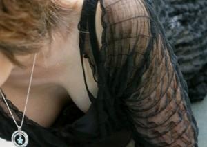 (胸チラえろ写真)いっそ全部見せて…緩くてそそるチラ見えお乳(;´∀`)