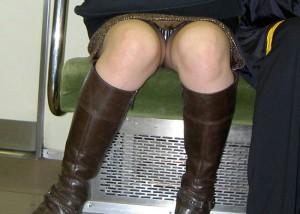 (パンツ丸見ええろ写真)そりゃ見ますともwwがら空きの股間で誘う列車対面チラ(;´∀`)