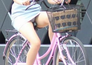 (パンツ丸見ええろ写真)すれ違う一瞬でも長時間記憶ww自転車女子のパンツゲット☆(;´Д`)