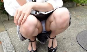 (しゃがみパンツ丸見ええろ写真)女子がしゃがみ込んだときにチラリと見えるパンツ丸見えww