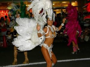 (サンバえろ写真)下着同然の姿で大衆の前で踊りまくる女子たち☆