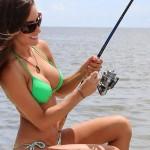 【水着エロ画像】ヒットまで退屈させないセクシービキニ外人さんの釣り姿(*´Д`)