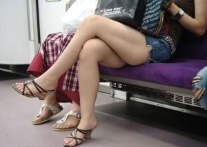 (美足えろ写真)むっちり度の際立つ座り方☆太もも美味しそうな脚組み女子(*´Д`)
