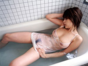 (濡れ透けえろ写真)濡れた着衣がまるでシースルーのようにスッケスケ☆