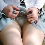 【セルフパンチラエロ画像】女の子が自らスカートを捲り上げてパンチラ!