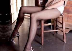 (美足えろ写真)微妙に見える肌の色がなんとも…魅惑の黒ストッキング美足(;・∀・)