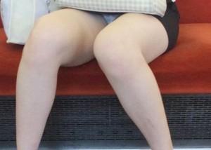 (パンツ丸見ええろ写真)あえて満員を外すのはこれを見る為☆列車内パンツ丸見え(;´Д`)