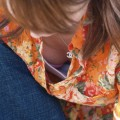 【胸チラエロ画像】偶然に見かけた素人娘たちの胸チラってめっちゃシコだよな!?