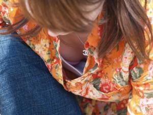 (胸チラえろ写真)偶然に見かけたシロウト小娘たちの胸チラってめっちゃシコだよな☆?