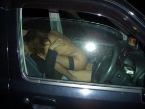 【カーセックスエロ画像】車の中という閉鎖された空間だから大胆にセックス!