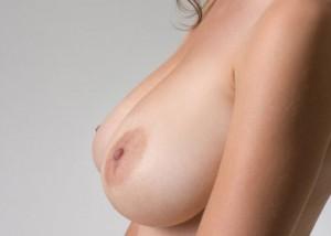 【美乳エロ画像】液晶に舌を這わせたくなるほど魅力的!誘惑する美しい巨乳と乳頭(;´∀`)