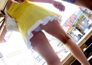 (パンツ丸見ええろ写真)ローアングルのイイ眺めwwそこにミニとパンツがあるから…(;^ω^)