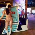 【店内露出エロ画像】正気とは思えない過激素人!営業中の店内で露出プレイ!
