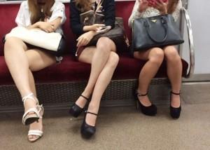 (美足えろ写真)席さえ確保できれば座りながら堪能できる列車の美足モデル☆(;´∀`)