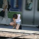 【パンチラエロ画像】街中で素人娘のパンチラ見つけた→激写の結果w