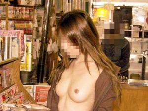 (店内露出えろ写真)正気とは思えない☆営業中の店内で大胆露出☆