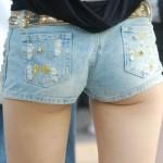 【着尻エロ画像】これが若者のハミ尻!美味そうなムチムチのホットパンツ女子(;´Д`)