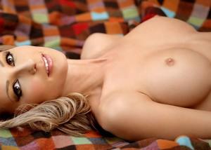 【乳頭エロ画像】まるで小さな蕾…巨乳の先っちょを彩る控えめな小乳輪(;^ω^)
