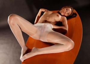 【下着エロ画像】パンツはこのまま上に履くw雌臭染み付いてそうなパンスト直履き痴女(*´д`*)