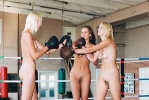 【全裸スポーツエロ画像】全裸でスポーツする女子!卑猥すぎて草生えるwwww