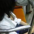 【電車内胸チラエロ画像】電車内で油断した素人娘の胸元を隠し撮りしたったww