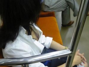 (列車内胸チラえろ写真)列車内で隙ありしたシロウト小娘の胸元を隠し撮りしたったwwww