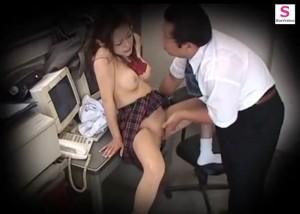 (えろムービー)無賃乗車を反省しないセイフク小娘に対して駅員怒りの性的オシオキ☆(*゚∀゚)=3