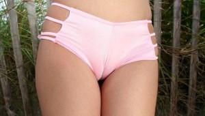 (マンスジえろ写真)ぷっくりふくらんだ女子の股間に一本のマンスジ☆えろッ☆