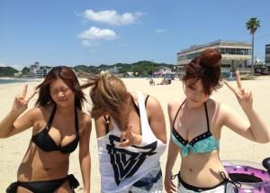 (ミズ着えろ写真)親友同士でも胸に格差が…おっきいと見過ごせないビーチのビキニ乳(;´Д`)