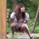 【盗撮エロ動画】公園の真ん中で大恥!飛びっ子つきお姉さんのスリル満点な放尿(*゚∀゚)=3
