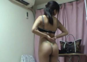 (えろムービー)家で着替える美10代小娘の見事なTBACK美尻を隠し撮り☆(*゚∀゚)=3