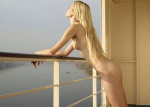 (露出えろ写真)暇を持て余す金持ちだから可能☆船の上で優雅に裸(;´Д`)